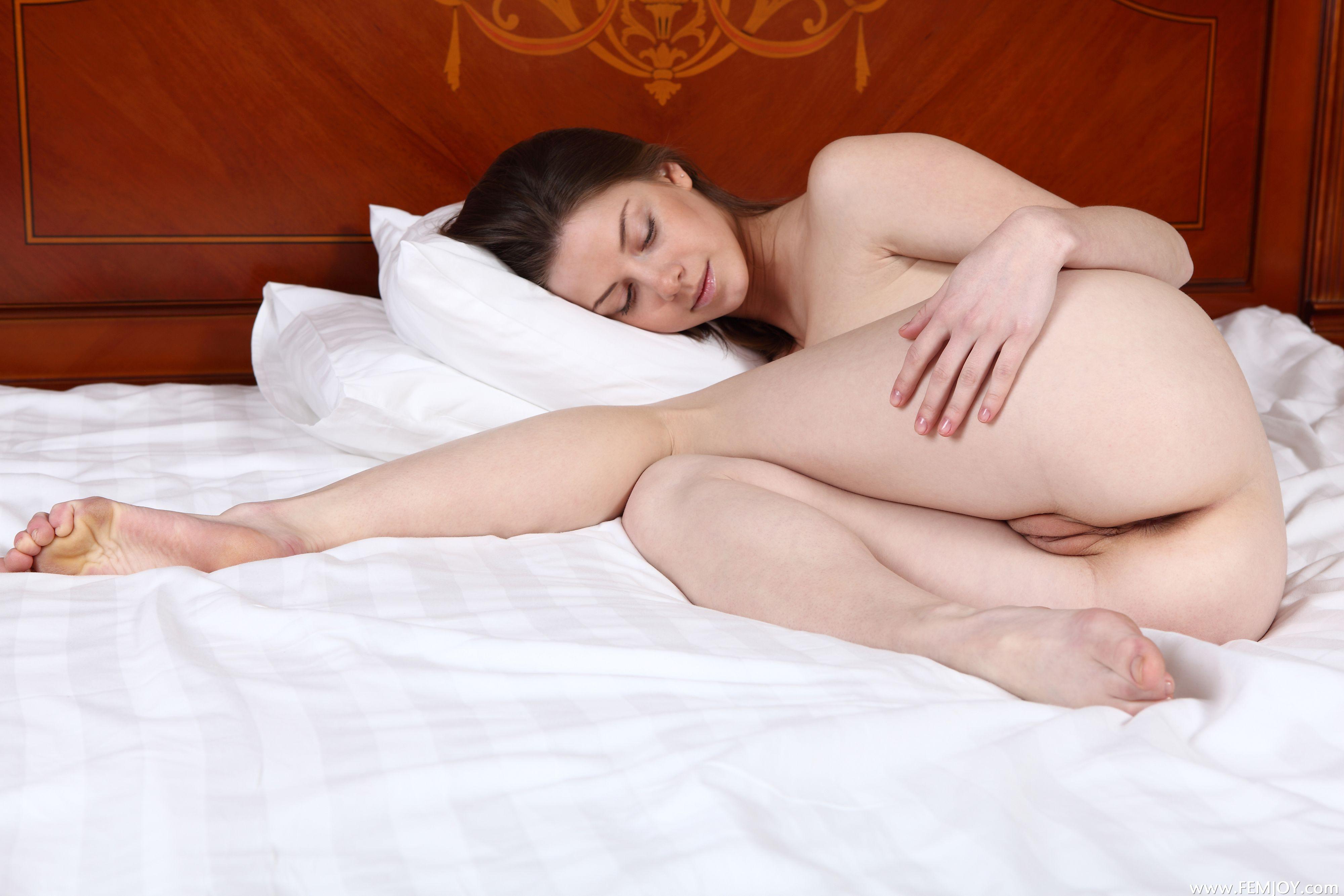 Сестра залезла под одеяло брата сэкс 21 фотография